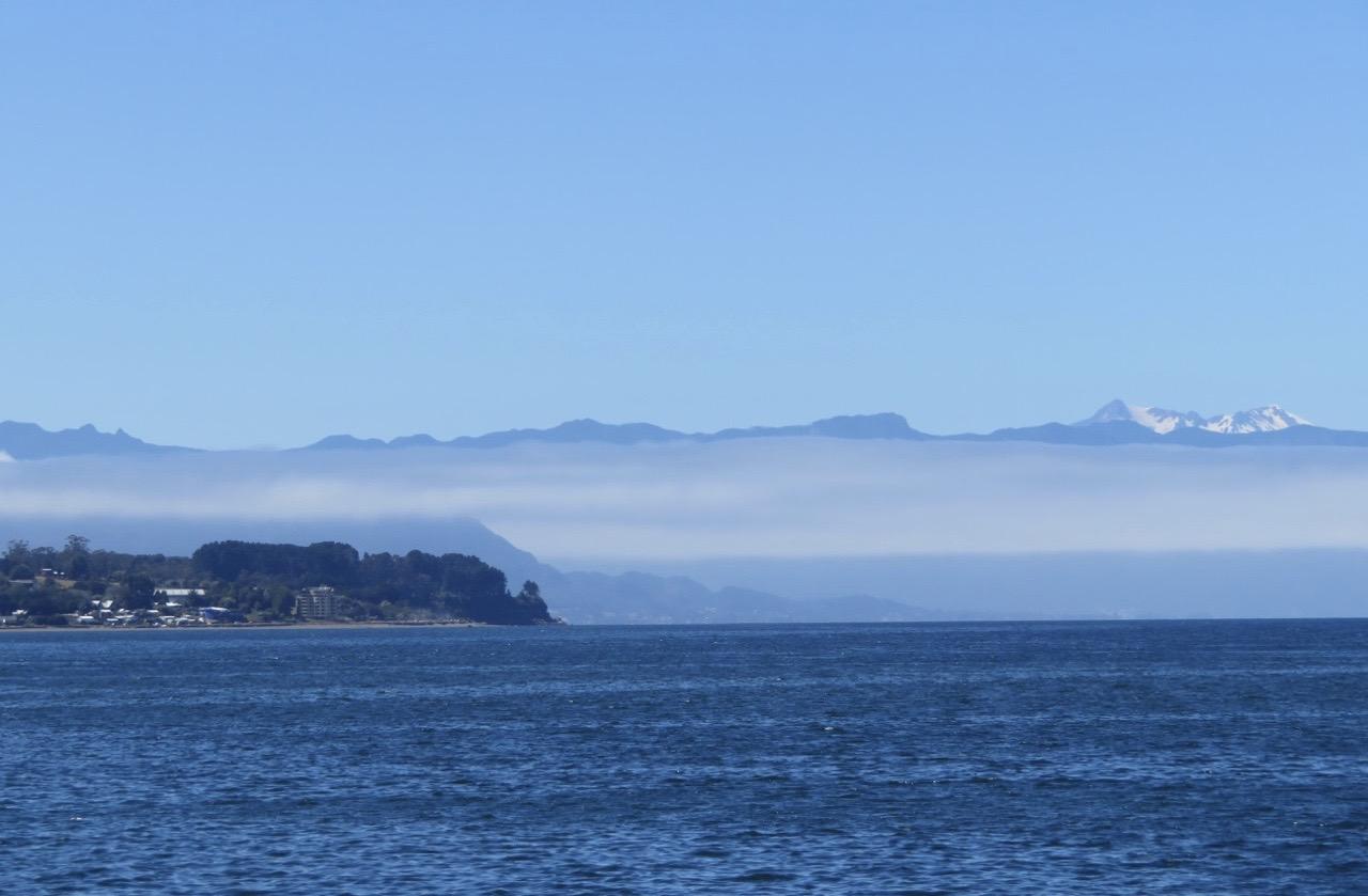 Patagonien, den sydligaste delen av Sydamerika. Puerto Mott. Här finns moln som ligger som en slöja franfrö de höga bergen.