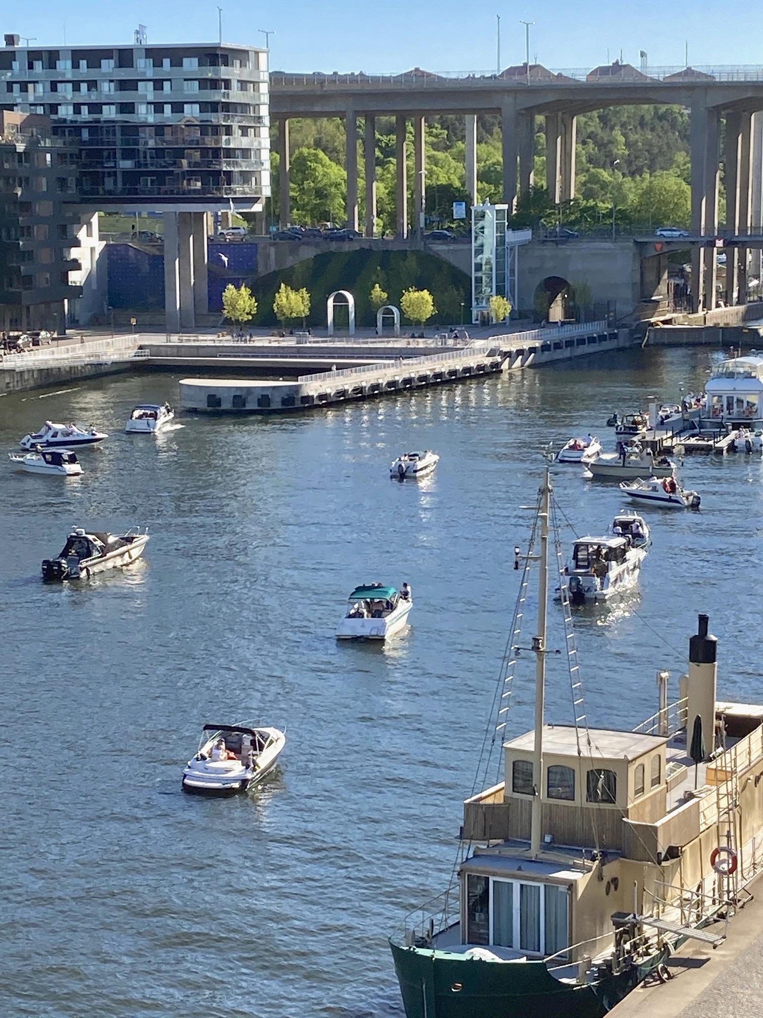 Hammarbykanalen. Gott om båtar denna söndag morgon. Och för många finns sommarplaner klara.