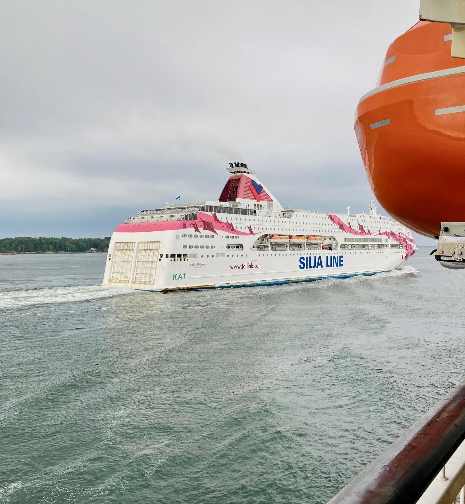 På åländskat vatten mötte vi ett annat kryssningsfartyg från Tallink - Silja.