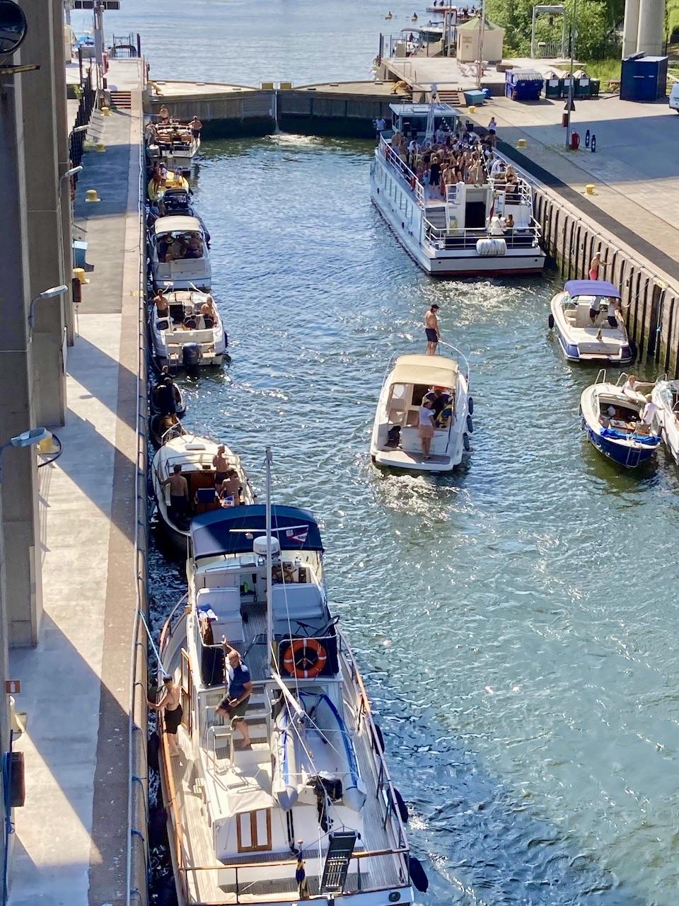 Skansbron och vy ner i Hammarbyslussen. Och visst är det underhållning att se på när båtarna ska slussa.