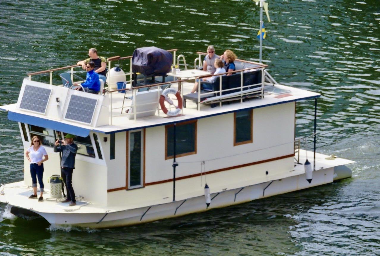 Hammarbykanalen. Som åskådare ser jag många olika varianter av flytetyg. Och den här verkar praktisk.