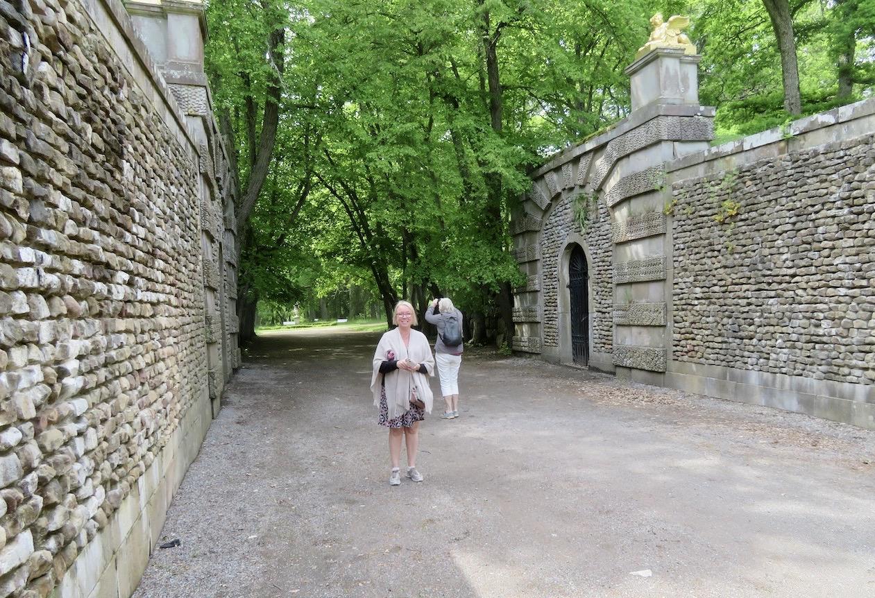 Helt granne med Steninge slottspark ligger den engelska parken. Och parkerna förbinds genom Sfinxallén
