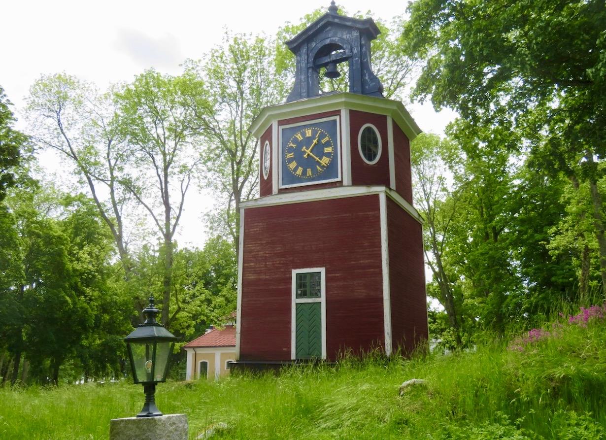 Steninge slott har också sitt eget klocktorn som är från 1600-talet.