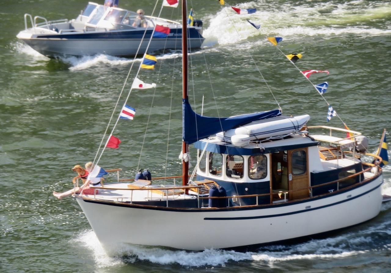 Midsommarafton. Balkonfrukost med utsikt över Hammarbykanalen. En festklädd Nauticat, en av fina favoritbåtar, passerar. passerar.