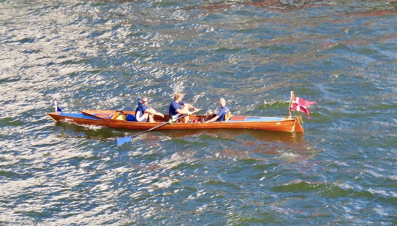 Vatten och båtar hör ihop. Här en dansk roddare i Hammarbykanalen.