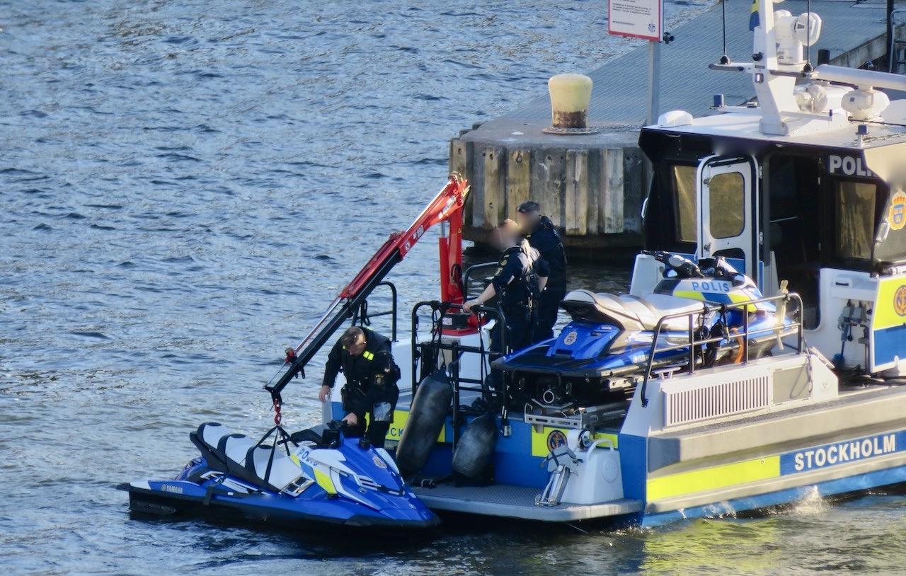 Polisen är väldigt aktiv i och runt Stockholms vatten. Smidigt att ha med vattenskotrar.