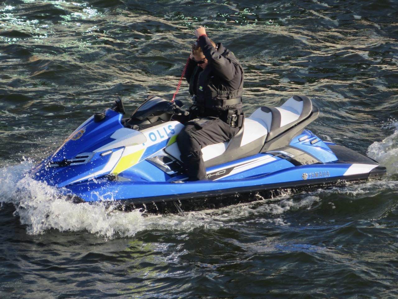 Stockholm är en stad omviven av vatten så för polisenes del är en vattenskoter prefekt öfr att snabbt ta sig fram.