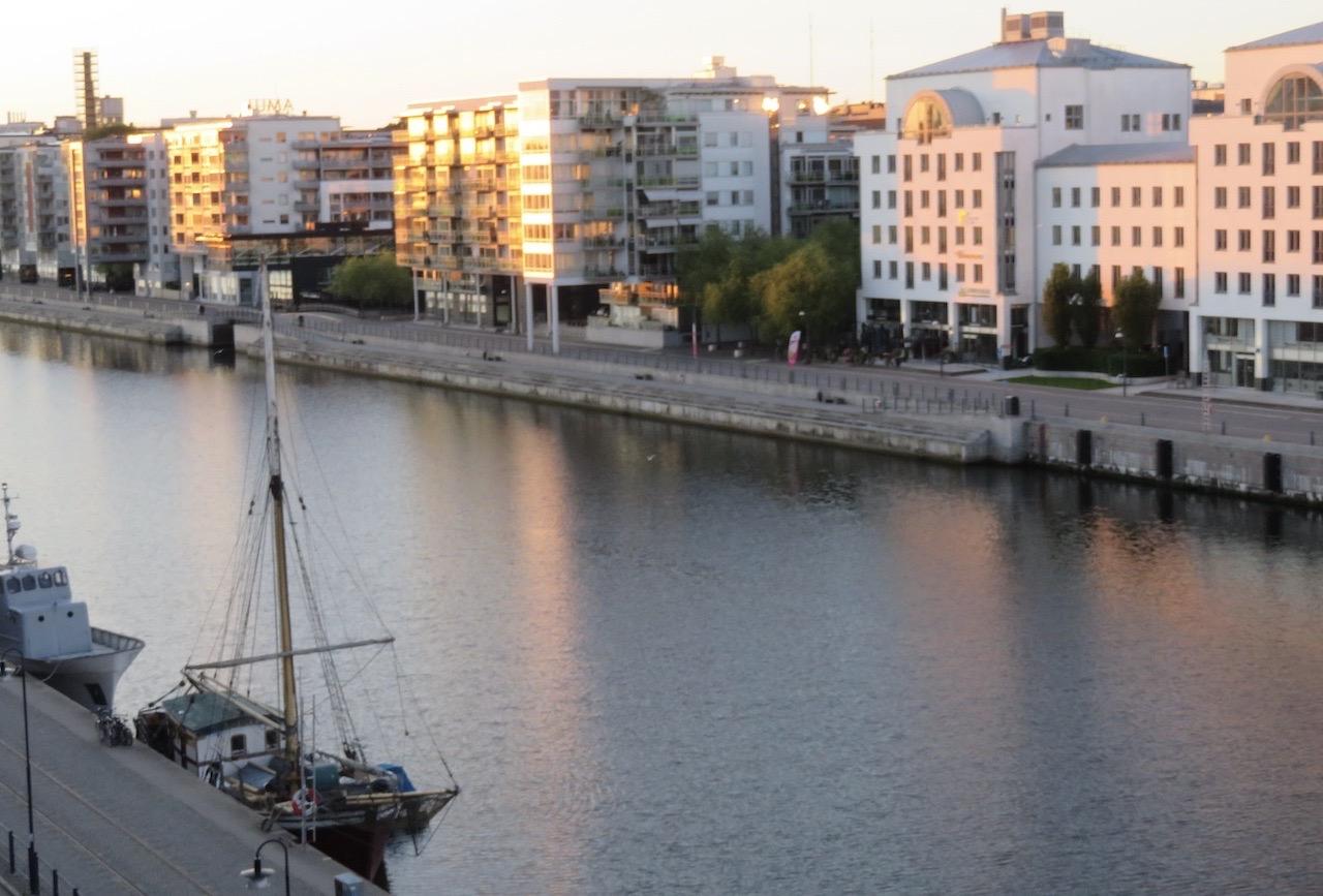 Tidig söndag morgon och det är nästan bara jag, solen och Hmmarbykanalen som vaknat. Men en intressant dag skulle det bli