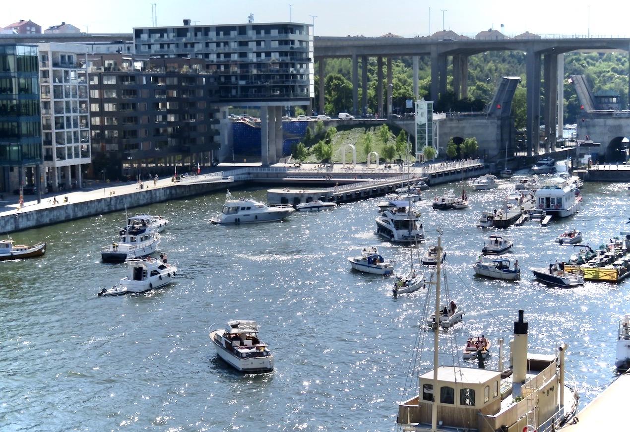 Hammarbykanalen.Intressant att se hur båtarna radar upp sig för att slussa.