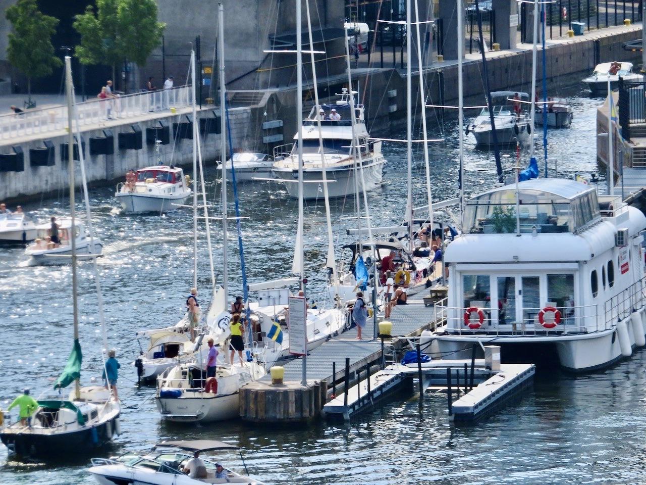 Hammarbyslussen. Södermalm. God underhållning med alla båtar som ska slussa.