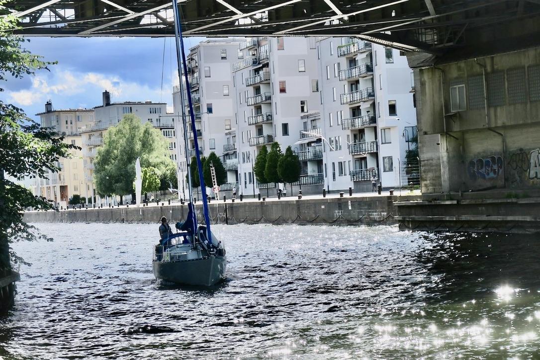 Södermalm. Danvikstullsbron. Skulle segelbåten gå under bron? Än fler iakttagelser och god underhållning.