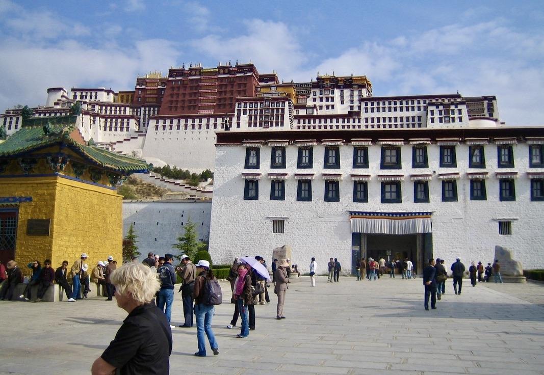 Lhasa. Potalapalatset. Mängder av människor, både tibetaner och andra vill göra ett besök här-