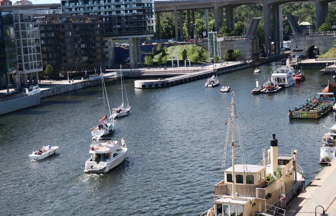 Stockholm. Södermalm. Vi har god överblick från balkongen . Här finns mycket att se.