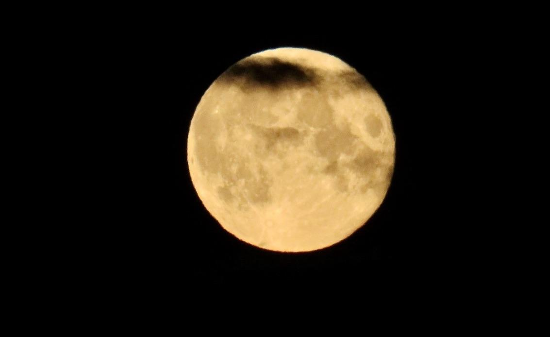 Fullmåne. Himlen var mörk och även månen fick en mörk remsa över sig. Ett moln passerade.
