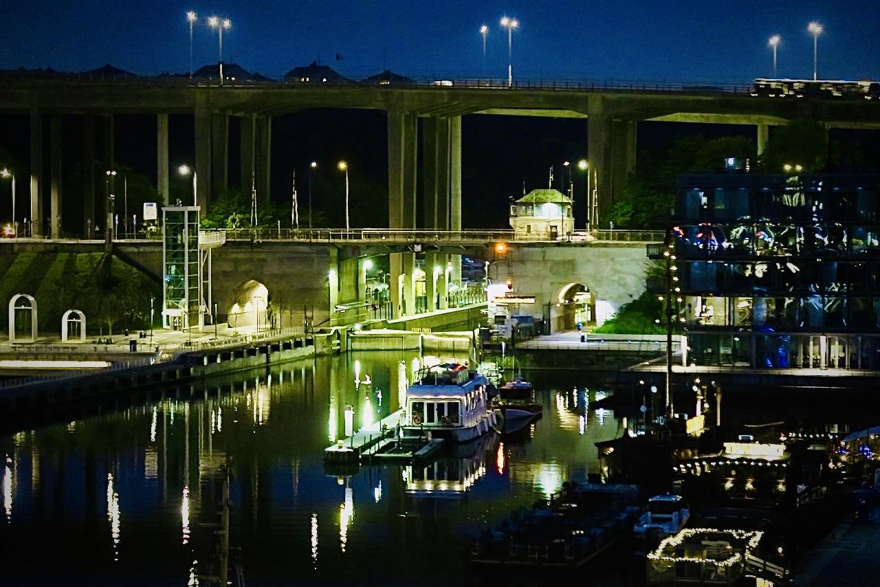 Södermalm och Norra hammarbyhamnen. Extra vackert med alla ljus man tänder när mörkret lagt sig-