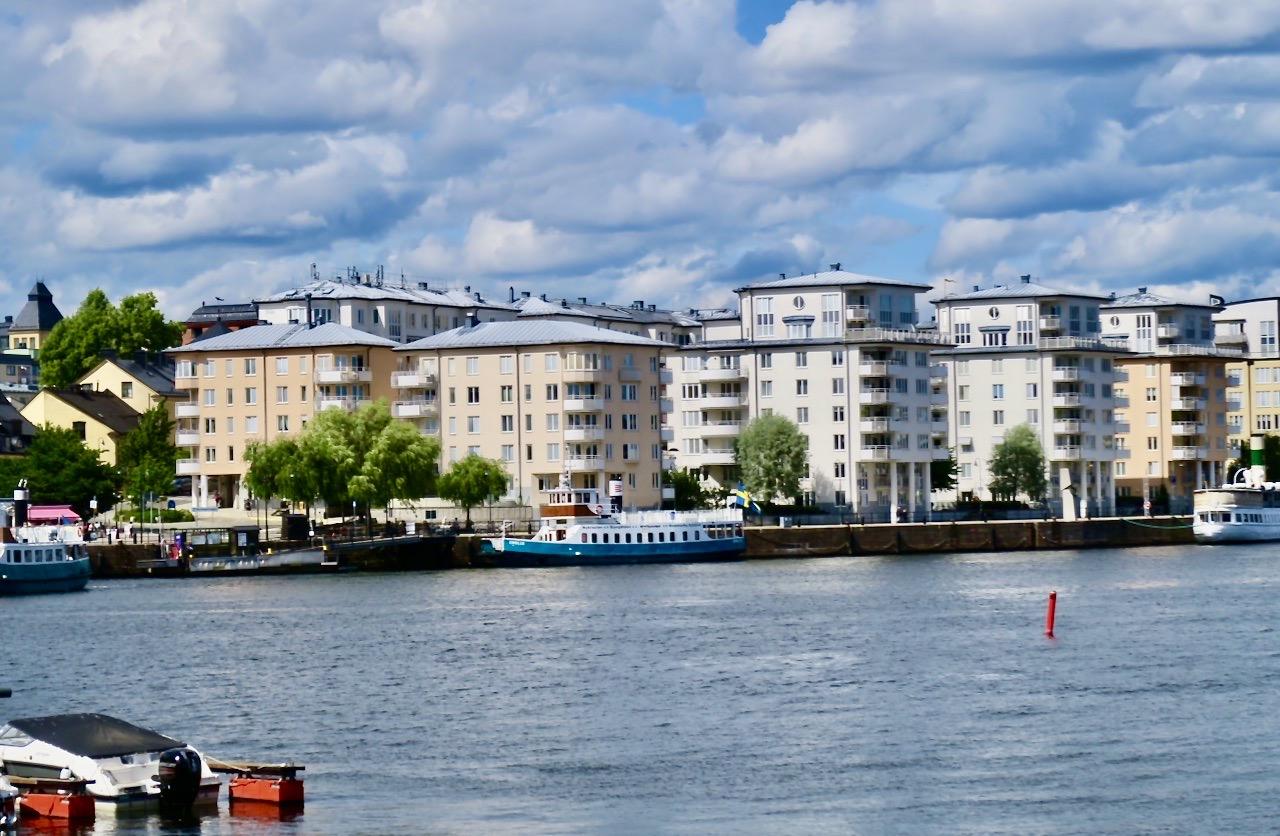 Södermalm. Barnängsbryggan. Båtpromenad; promenad till färjan, båttur och fortsatt promenad i Hammarby Sjöstad.