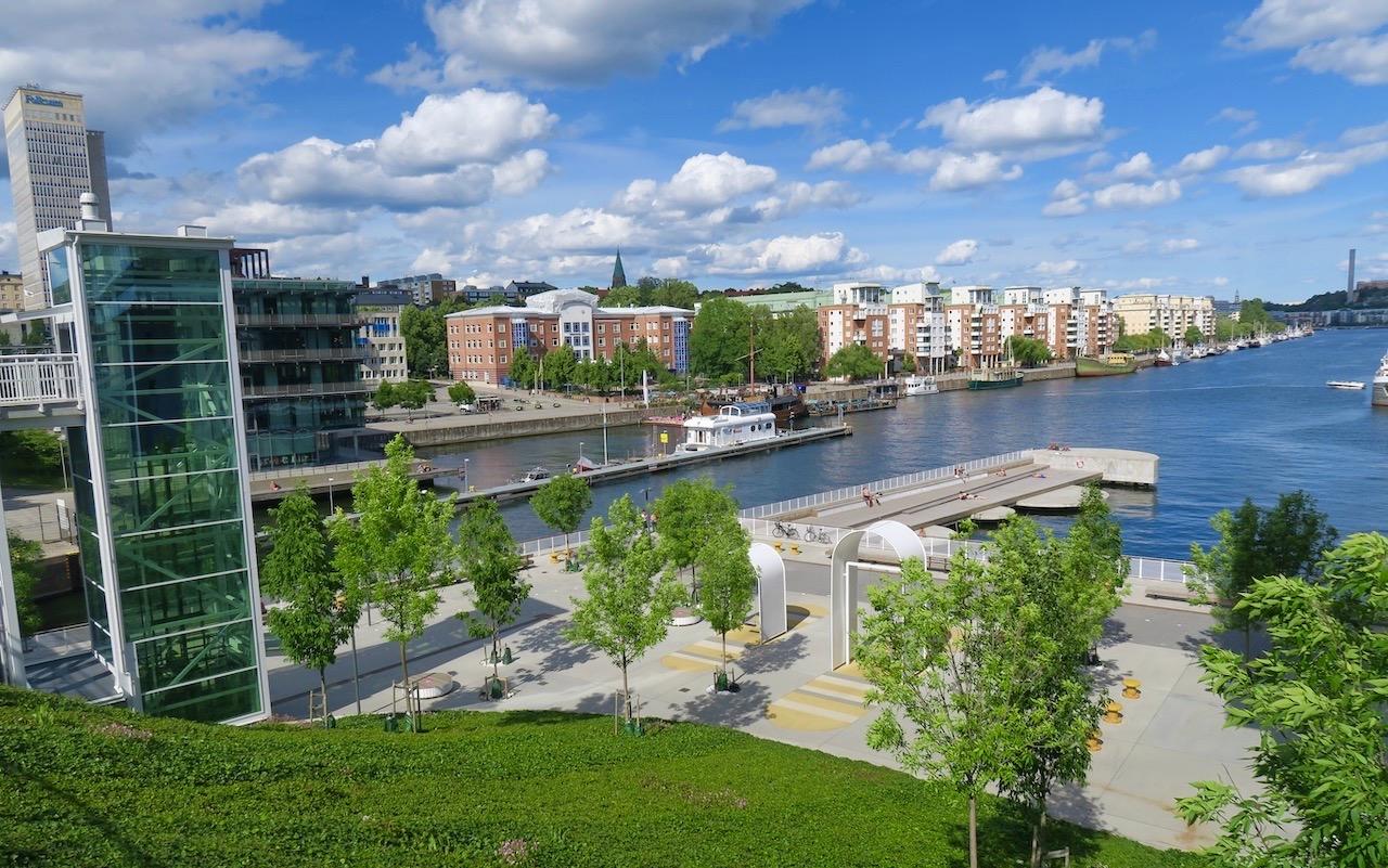 Södermalm. Skansbron. Blickar över till vår kaj. Norra Hammarbyhamnen. Och min båtpromenad är snart slut.