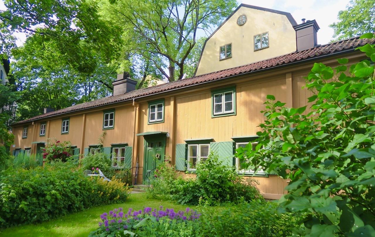 Södermalm. Färgargården. En bostadslänga från mitten av 1700 talet ligger alldeles nära. Bra några hundra meter från där vi bor.