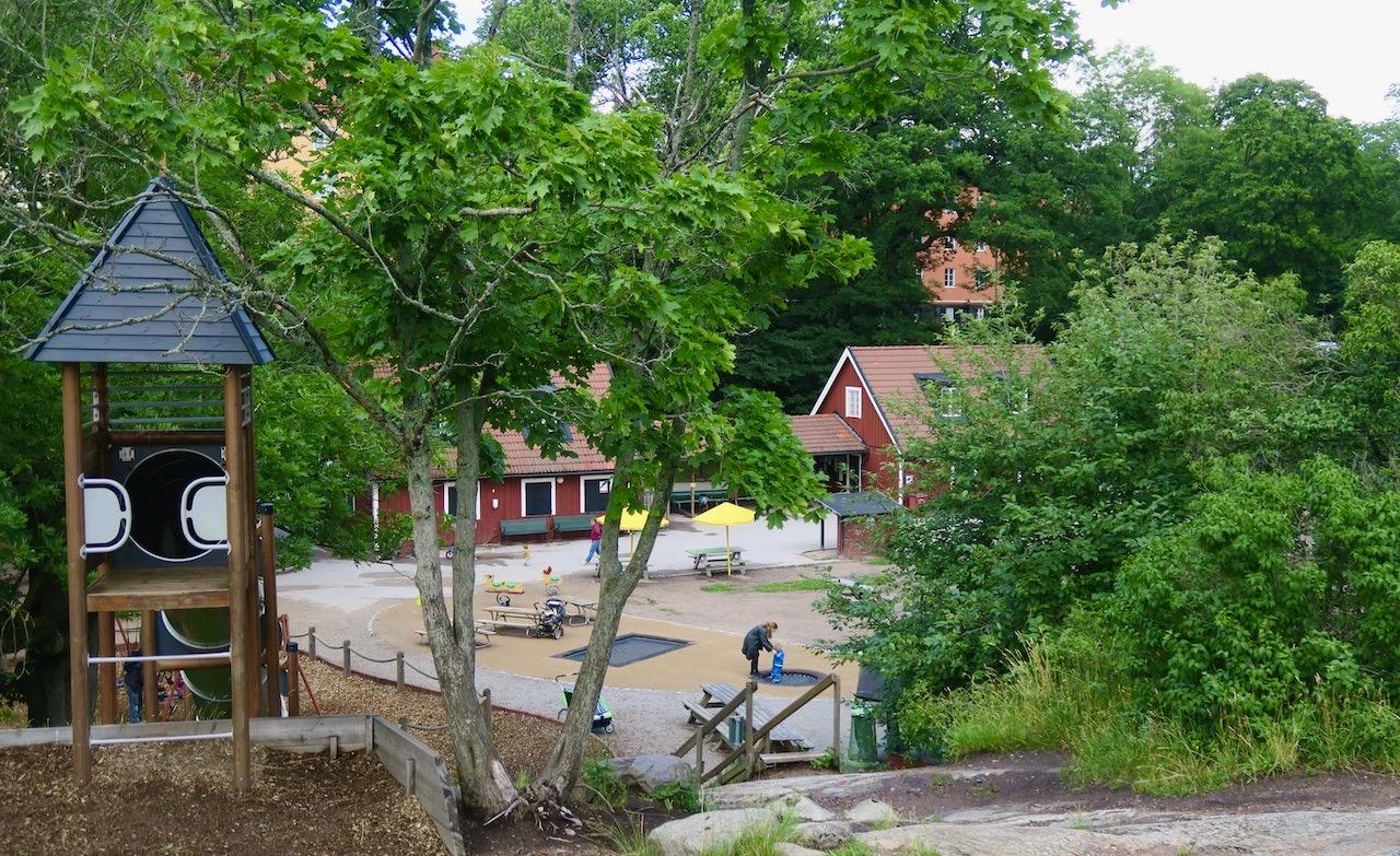 Södermalm. Stora Blecktornsparken. Mellan träden, alldeles nära, bara ett stenkast bort ligger området jag just lämnade.