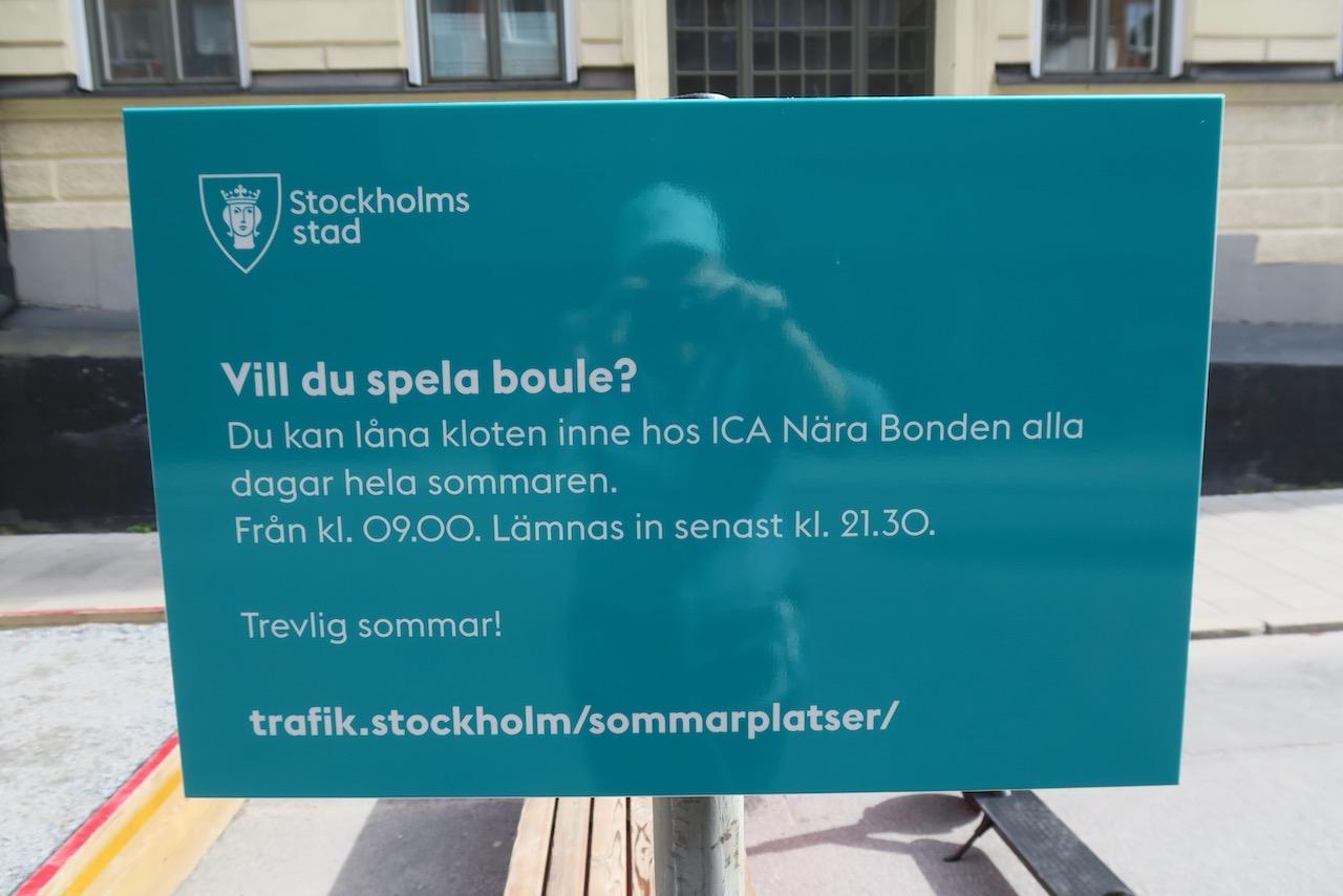 Södermalm. Korsningen Bondegtan/Skånegatan. Mer lokal skyltning. Bouleklot utlånas på ICA Bonden.