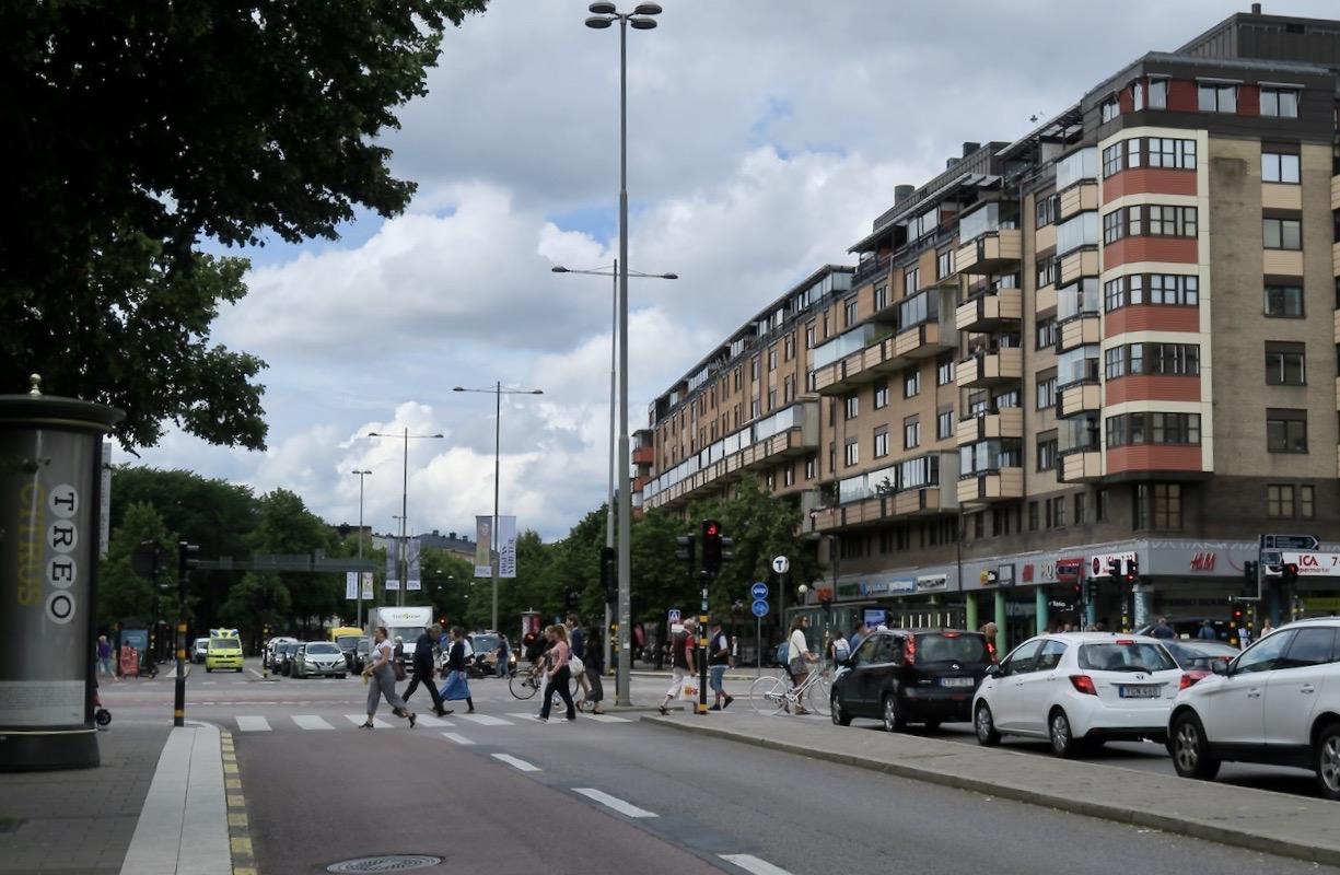 Stockholm. Södermalm. Korsningen Ringvägen och Götgatan. En god blandning av skyltar är det.