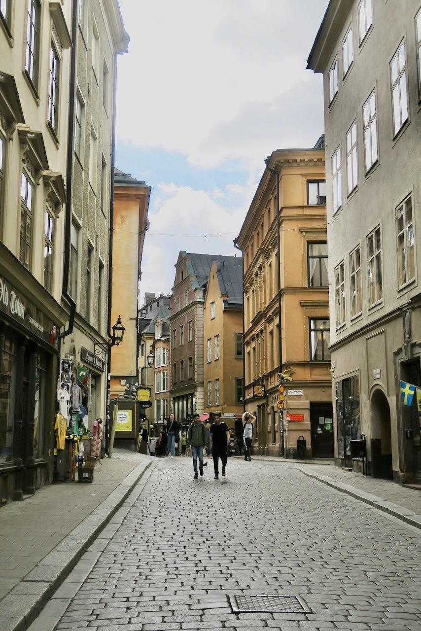 Gamla stan, Stockholm. På väg genom Stockholm, till Norrmalm/Vasastan passerade vi Västerlånggatan. Lite mer rörelse här nu än under våren och försommaren. Bra så!