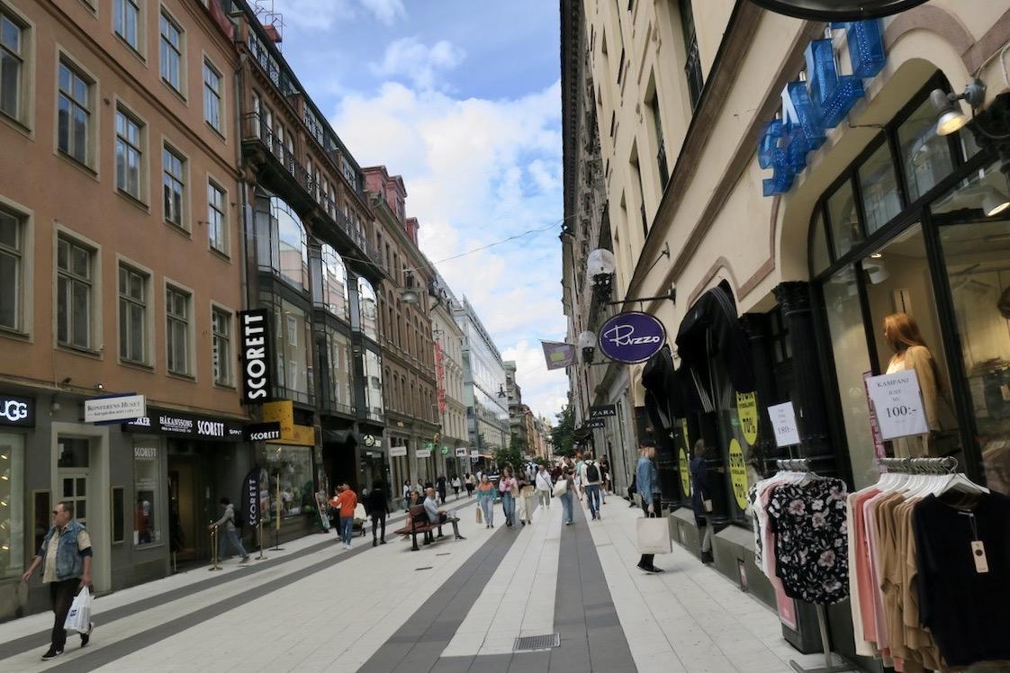 På vår väg genom Stockholm går vi längs Drottninggatan.