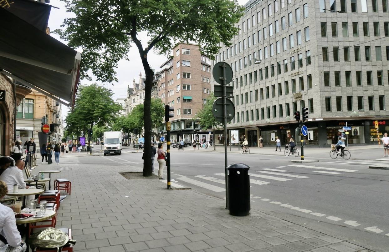 PÅ vägen tillbaka hem till Söder genom Stockholm gick vi på Birger Jarlsgatan, gränsen mellan Norrmalm och Östermalm.