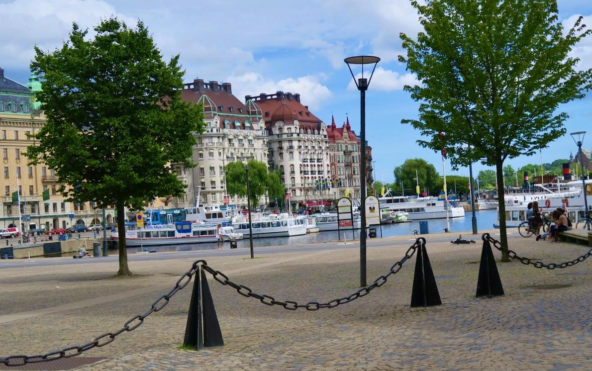 Stockholm. Nybroviken. Paus på vägen. Här går båtarna hem till Söder om man inte vill gå genom Stockholm.
