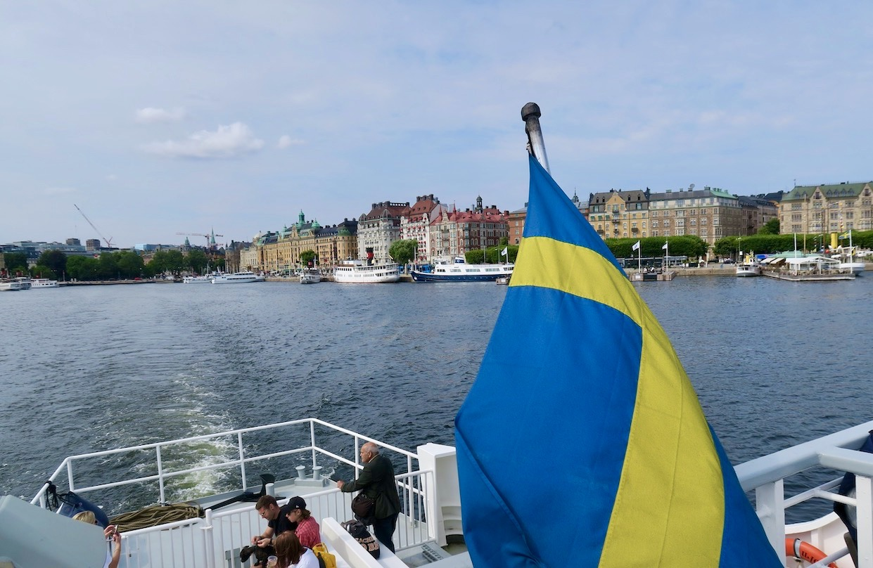 Stockholm. Vår sjöresa till Nacka strand har just startat och vi har just lämnat Nybroviken.