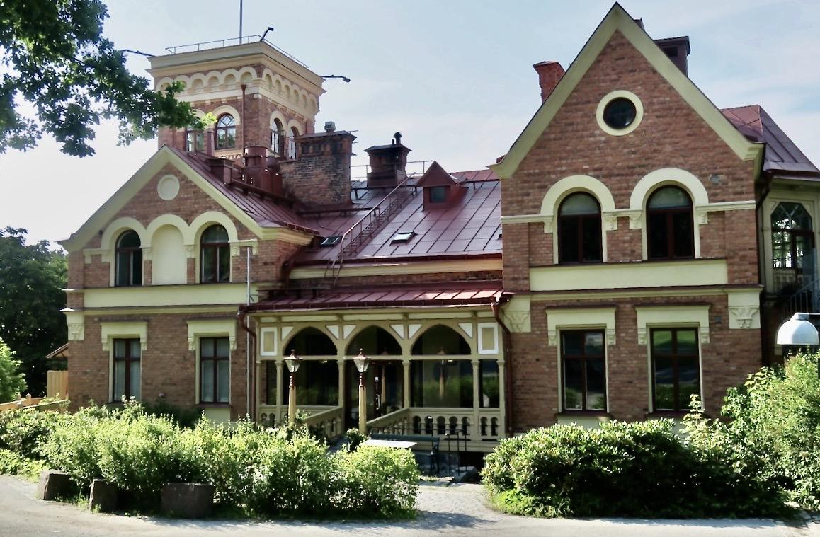 Tornvillan i Nacka strand tillhör hotell J. Här finns frukostmatsal, en bar, mötesrum och en festlokal.