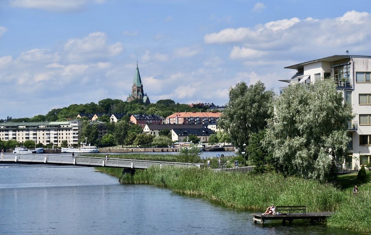 I Sjöstan ligger flera broar som man kan ta över Sickla kanal. Här Sicklauddsbron. Södemalm skymtar i bakgrunden.