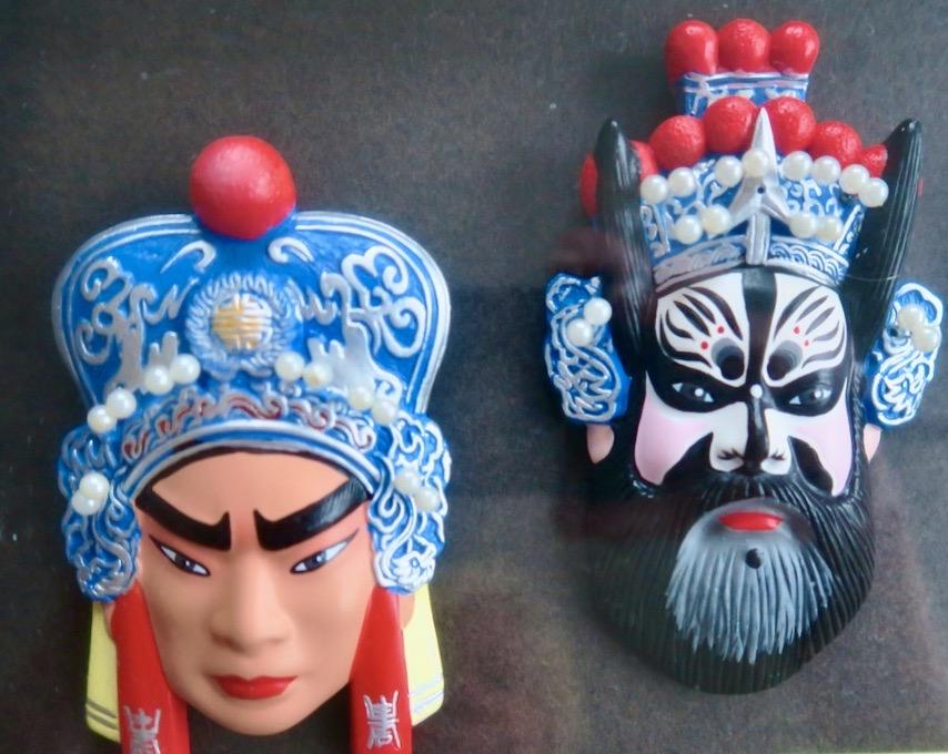 """Den mask som är svart är en av karaktärerna från Pekinoperan """"De tre kungarikena"""" - """"The Three Kingdoms"""""""
