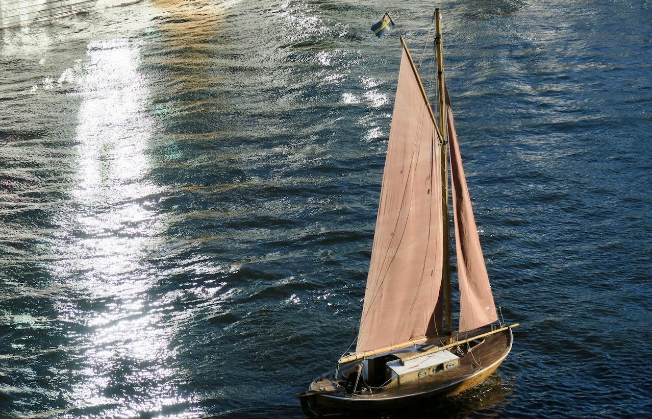 Stockholm. Södermalm. Att segla ar en konst och särskilt in i och genom en sluss. Här på väg mot Hammarbyslussen.