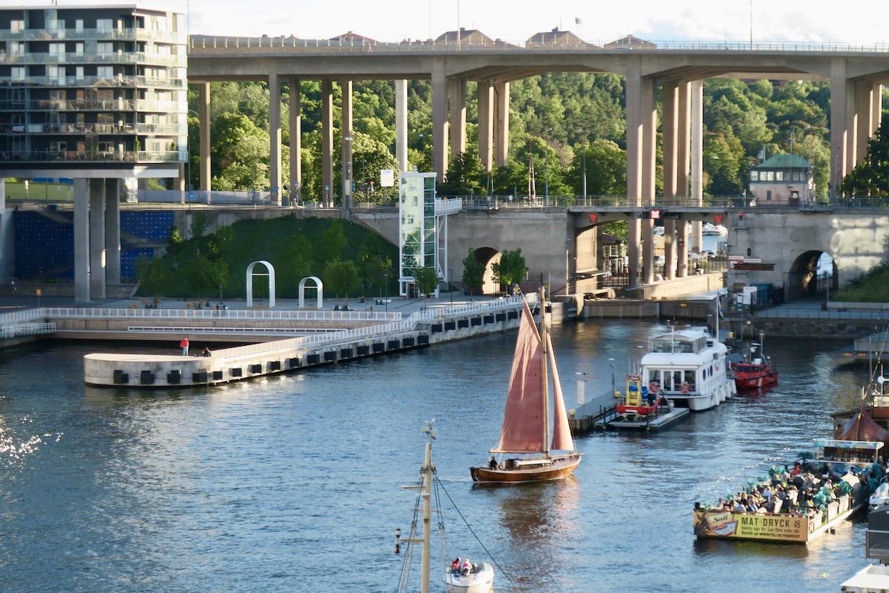 Stockholm . Södermalm. Hammarbykanalen. Att segla på kryss, alltså att sicksacka är knepigt och särskilt om det är trångt.