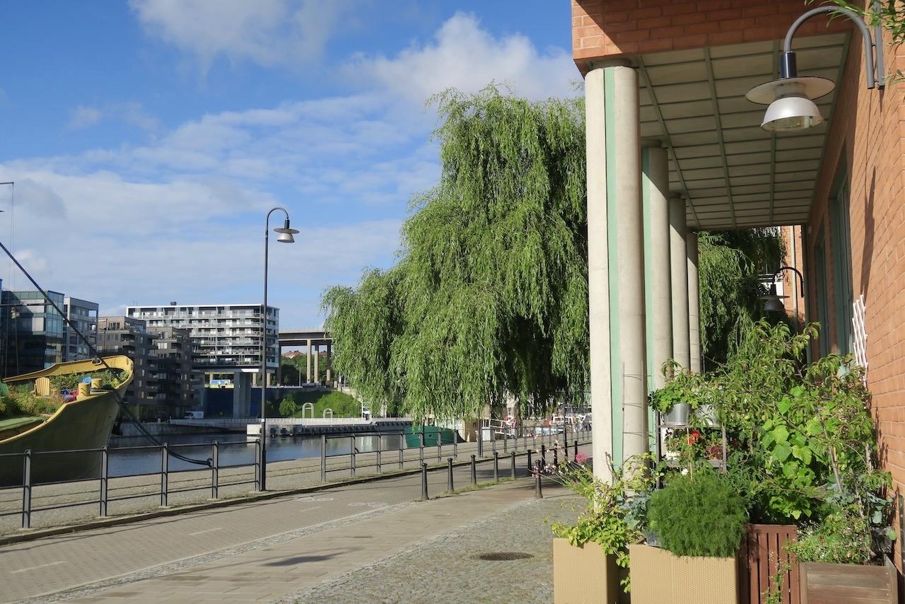 Stockholm. Södermalm. Jag kommer direkt ut på kajen och startar här min runda österut längs kanalen.