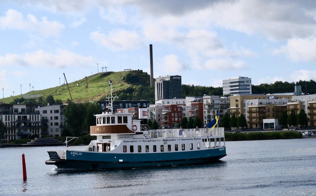 Stockholm. Södermalm. När jag gått en bit längs kanalen och passerat Barnängsbryggan på Södersidan ser jag färjan Emelie komma. PÅ väg mot City och Nybroplan
