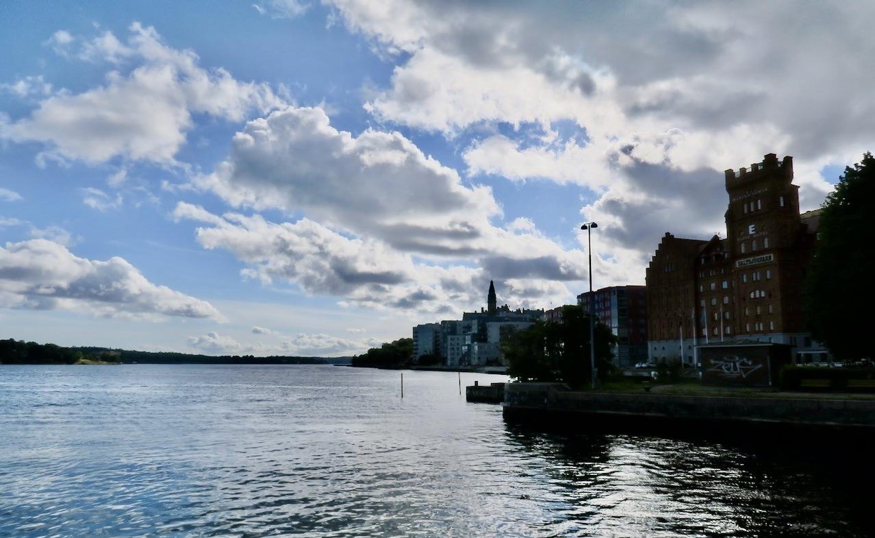 Södermalm. Stockholm. Har gått ett par km längs kanalen och slår mig ne roch blickar ut över Stockholms in och utlopp.