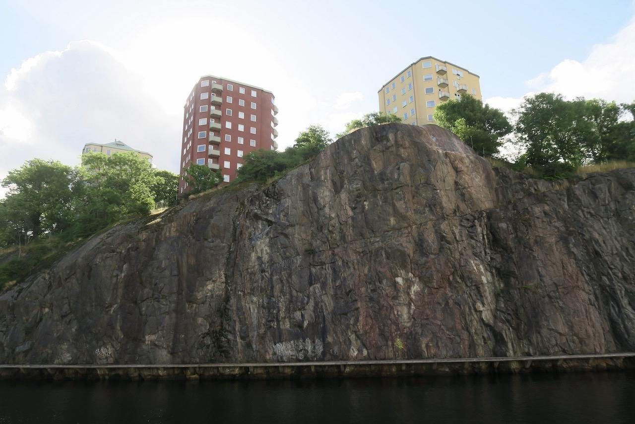 Stockholm. Södermalm. Jag tar även vägen längs kanalen, här Danvikskanalen, på hemvägen. Blickar upp mot Danviksklippan.