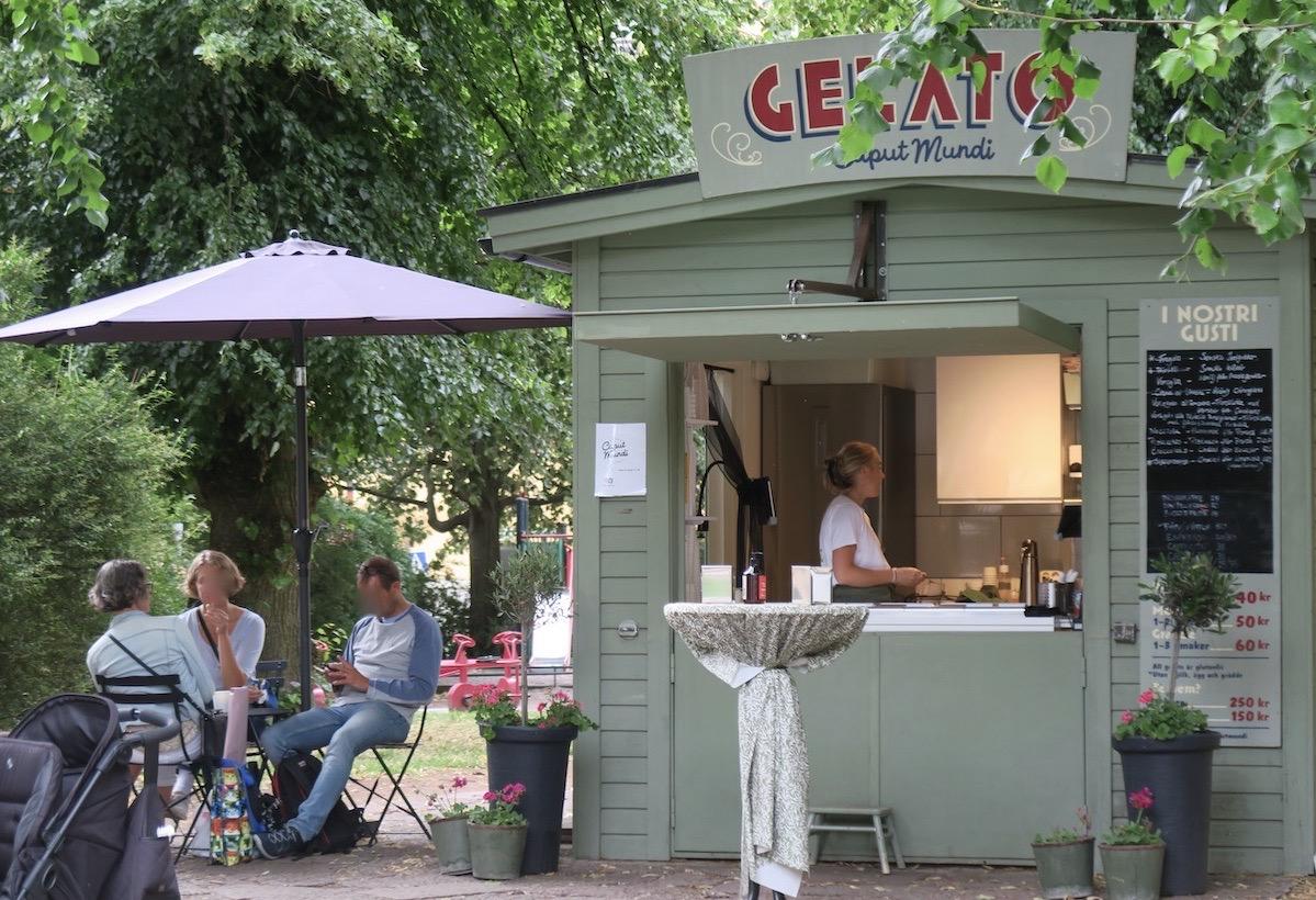 Stockholm. Södermalm. Axel Landquists park. Perfekt med en servering här.