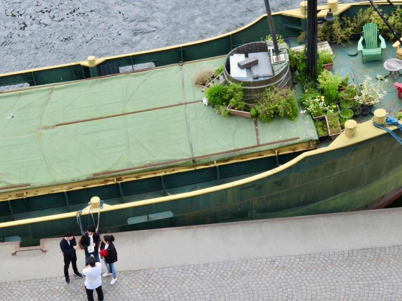 Hammarbykanalen. Husbåten Gratia. Tidigare lastfartyg och byggt i Holland 1946. Ständigt i blickgånget hos oss.