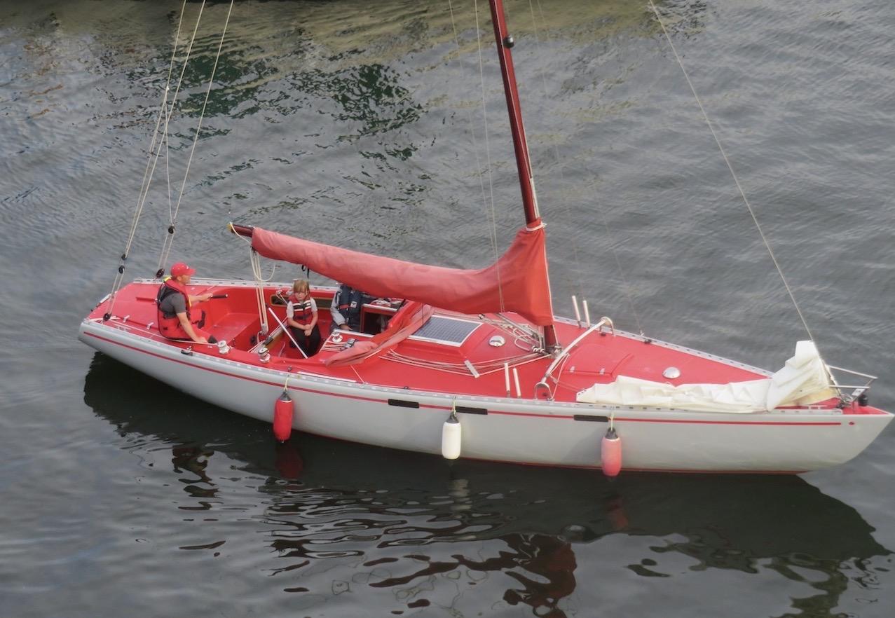 Stockholm. Hammarbykanalen. Ett genomtänkt smakprov där rött och vitt är genomgående.