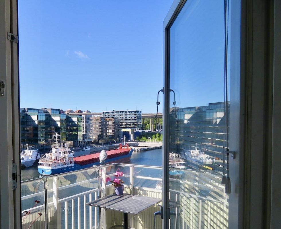 Balkongfrukost med god överblick över nejden och Hammarbykanalen.