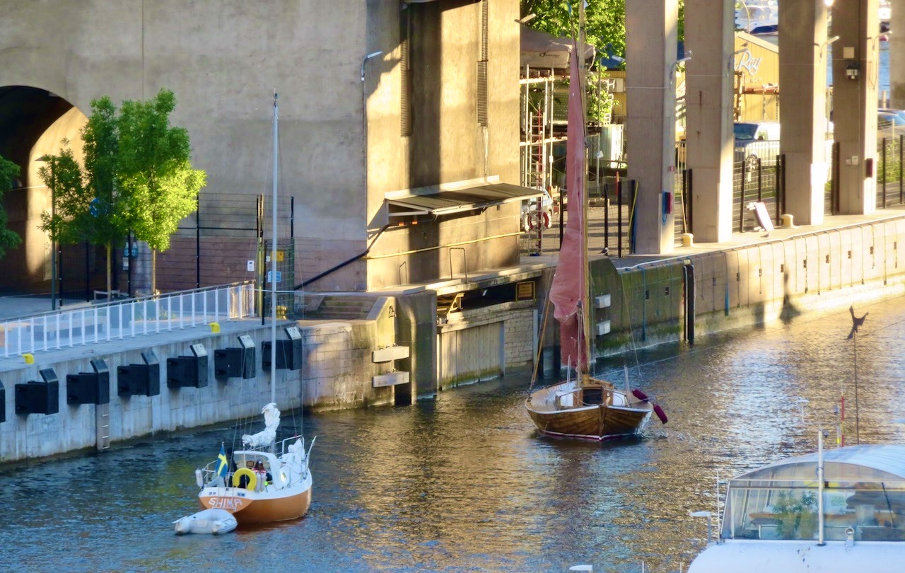 Hammarbyslussen. Stockholm. Södermalm. Att segla in i slussen går bra för träbåten-