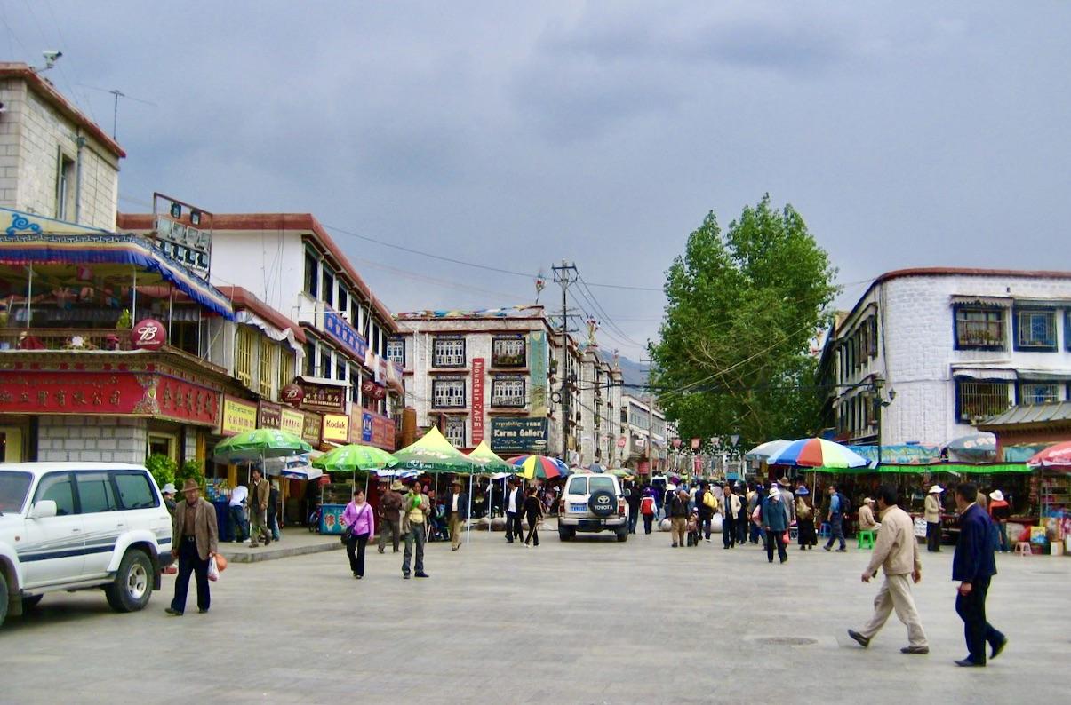 Gamla Lhasa. Färgglad gatumiljö och människor är på väg.