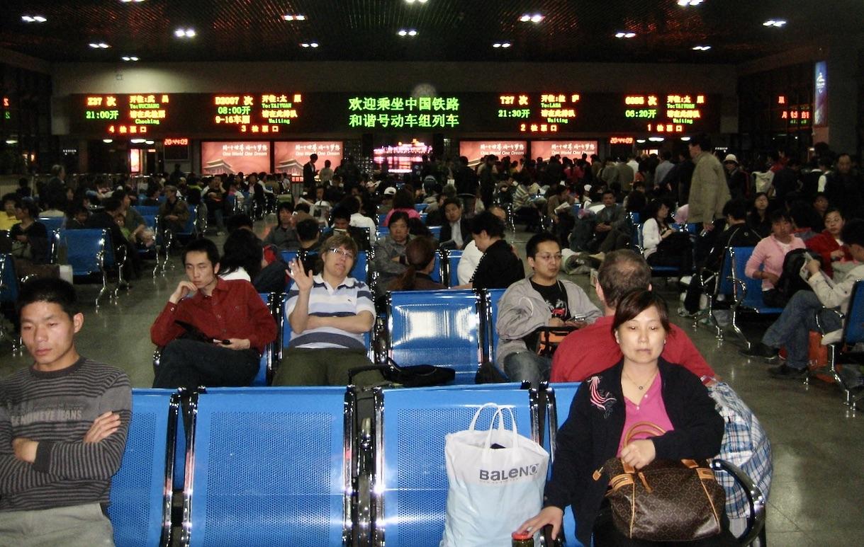 Pekings Västra järnvägsstation är gigantisk. Och mängden människor på resande fot är också många.