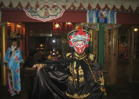 Pekingopera. Konsten att byta mask är verklien en svår konst. Och spm åskådare märker man inte när det sker.