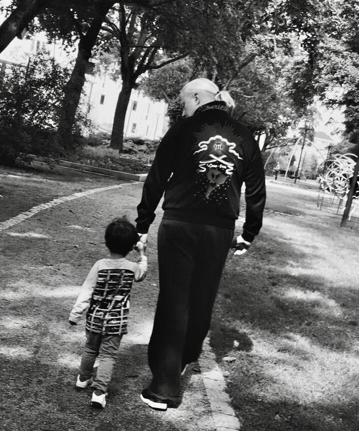 Man kan också vara kort i rock-en. Yngsta barnbarnet med sin pappa.