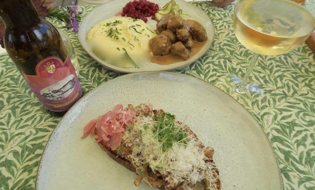 När vi kommer hit till Vaxholm brukar dte bli lunch på Hembygdsgården. Men den är stängd så vi valde restaurang Magasinet. Ett bra val.