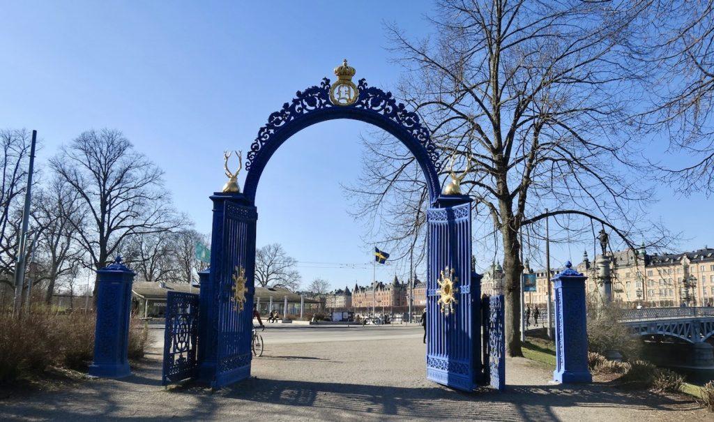 """Stockholm. Kungliga Djurgården. En kunglig krona finns över den """"Blå porten"""""""